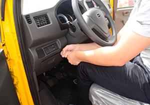 1米75试驾人感受开瑞流动售货车的腿部空间